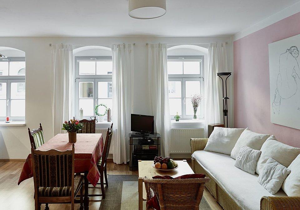 Ansichten Der Familienfreundlichen Ferienwohnung PRIESSNITZ Dresden Hier Das Wohnzimmer Mit Blick Auf Sofa Essplatz